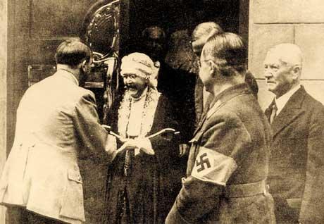 Hitler visita l'archivio Nietzsche e stringe la mano di Elisabeth Foster,  la sorella del filosofo (Weimar, 1933)